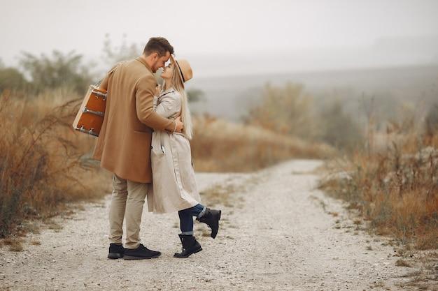 Piękna para spędzać czas w polu jesienią