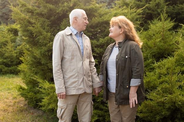 Piękna para starszych zakochanych na zewnątrz w przyrodzie jesienią lub na zewnątrz