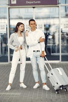 Piękna para stoi blisko lotniska