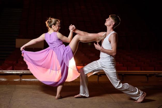 Piękna para tancerzy tańczy na scenie.