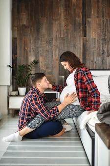Piękna para w ciąży w sypialni