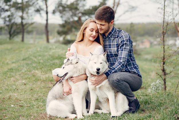 Piękna para w lesie latem z psami
