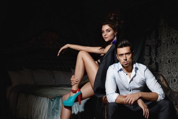 Piękna para w luksusowym pokoju