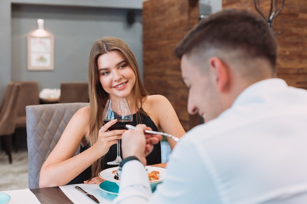 Piękna para w restauracji
