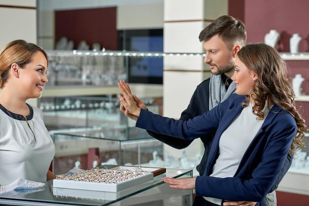 Piękna para w sklepie jubilerskim