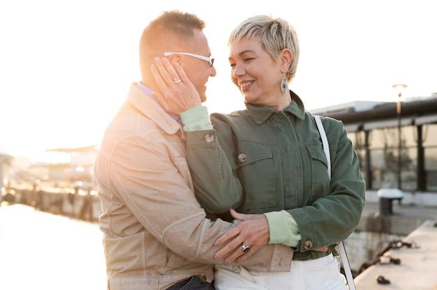 Piękna para w średnim wieku jest czuła