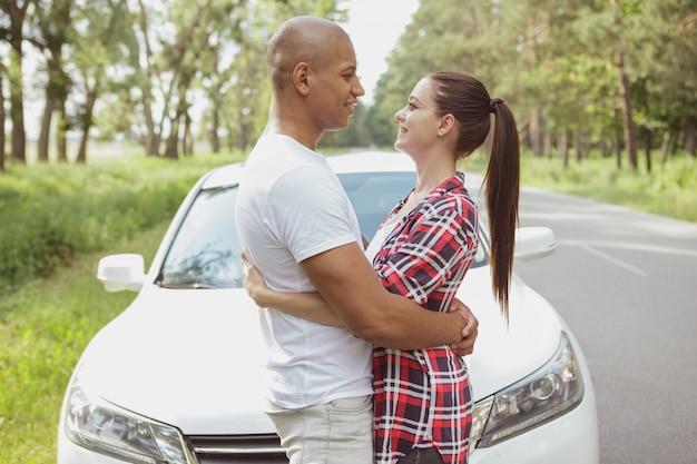 Piękna para wielorasowe korzystających z podróży samochodem