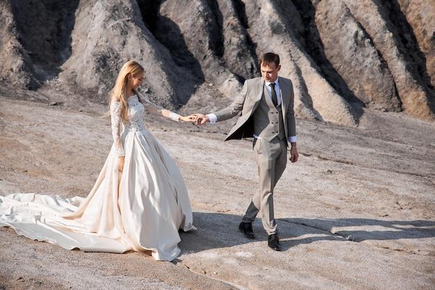 Piękna para zakochana w bajecznym krajobrazie, ślub w naturze, pocałunek miłości i przytulenie. 14 września 2019