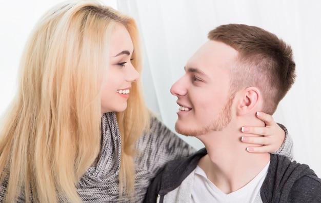 Piękna para zakochana w domu