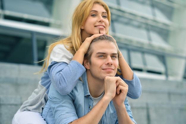 Piękna para zakochanych randki na świeżym powietrzu i uśmiechnięty.