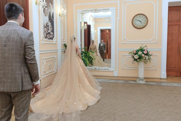 Piękna para zakochanych. ślub. urząd stanu cywilnego. nowożeńcy w pięknym pokoju.