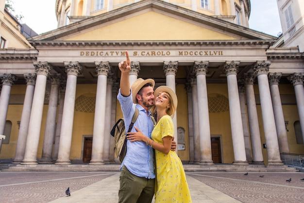Piękna para zakochanych zwiedzająca słynny punkt orientacyjny