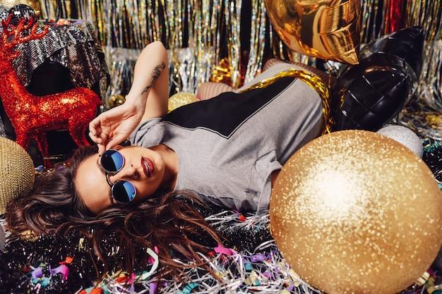 Piękna partyjna kobieta jest ubranym okulary przeciwsłonecznych