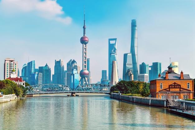 Piękna pejzażu miejskiego shanghai linia horyzontu w słonecznym dniu, porcelana