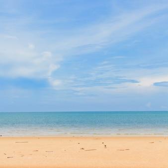 Piękna piasek plaża, niebieskie niebo i