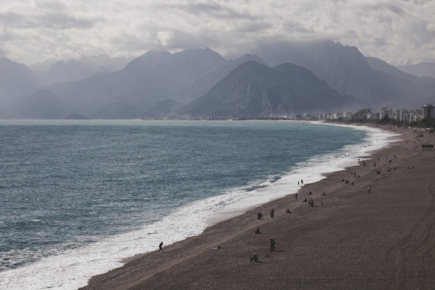 Piękna plaża i góry z antalyi