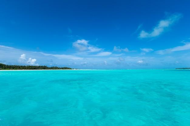 Piękna plaża i tropikalne morze. krajobraz podróży