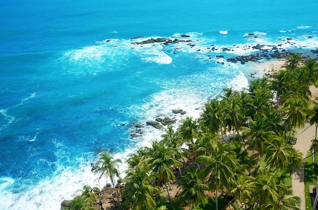 Piękna plaża na południu sri lanki w pobliżu latarni morskiej dondra