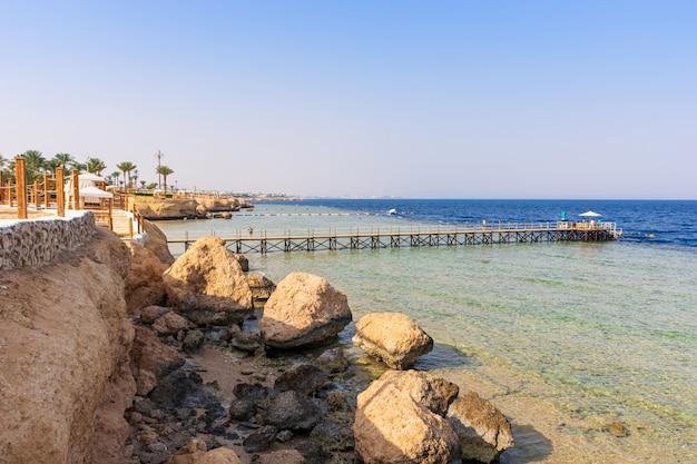 Piękna plaża nad brzegiem morza czerwonego w sharm el sheikh