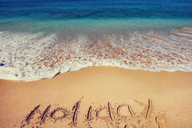 Piękna plaża nad oceanem z tekstem wakacje