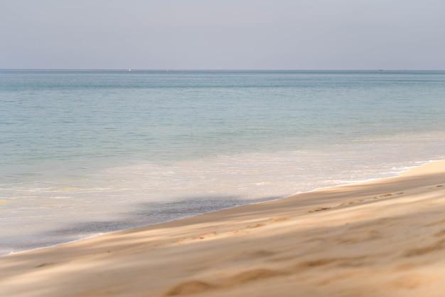 Piękna plaża w mai khao beach phuket tajlandia.