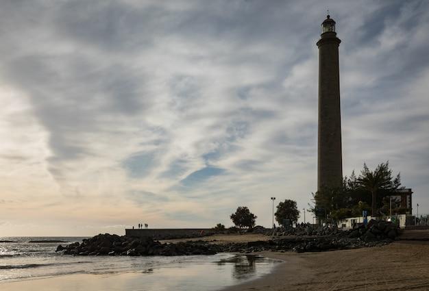 Piękna plaża w maspalomas, z latarnią morską faro de maspalomas lub maspalomas, gran canaria, hiszpania