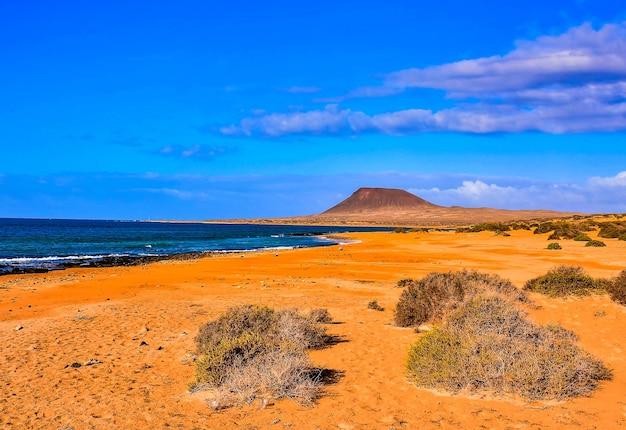 Piękna plaża w słoneczny dzień na wyspach kanaryjskich w hiszpanii