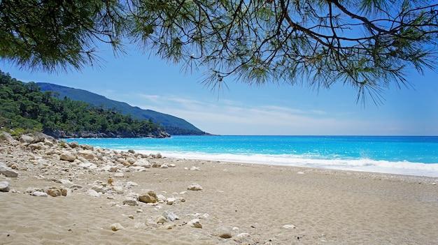 Piękna plaża z czystym piaskiem i turkusową wodą na morzu śródziemnym w turcji