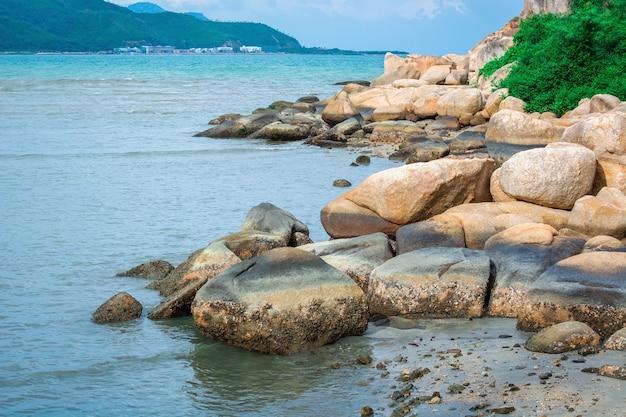 Piękna plaża z dużymi kamieniami nad morzem.