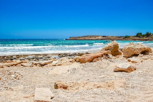 Piękna plaża z falami o charakterze powierzchniowym