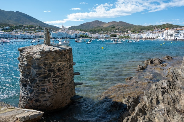 Piękna plaża z łodziami i budynkami uchwyconymi w ciągu dnia?