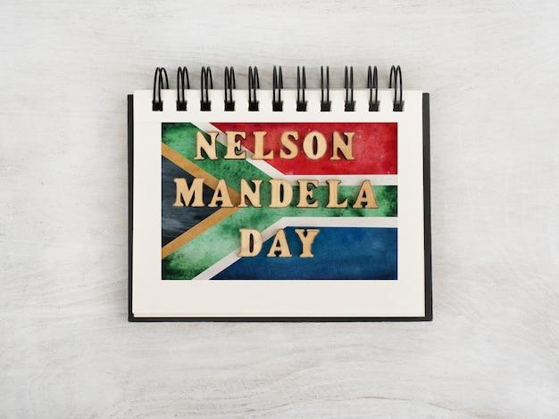 Piękna pocztówka ze zdjęciem flagi republiki południowej afryki. zbliżenie, widok z góry. koncepcja święta narodowego. gratulacje dla rodziny, krewnych, przyjaciół i współpracowników