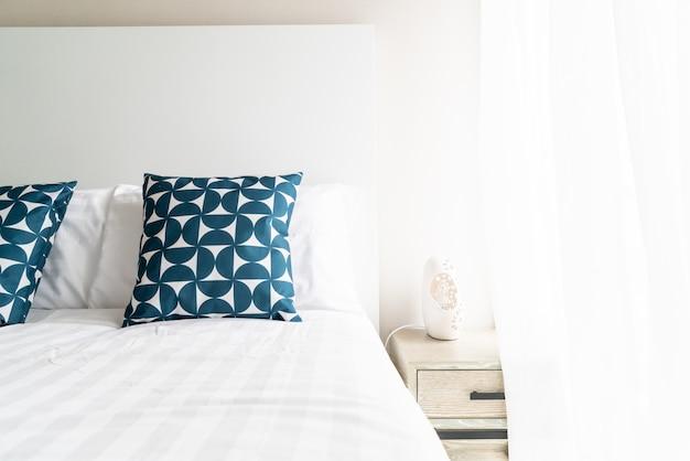 Piękna poduszka do dekoracji łóżka w sypialni