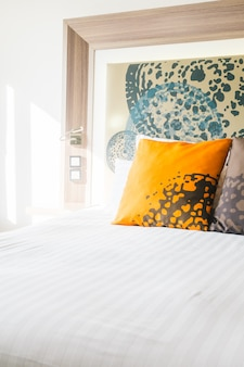 Piękna poduszka na łóżku