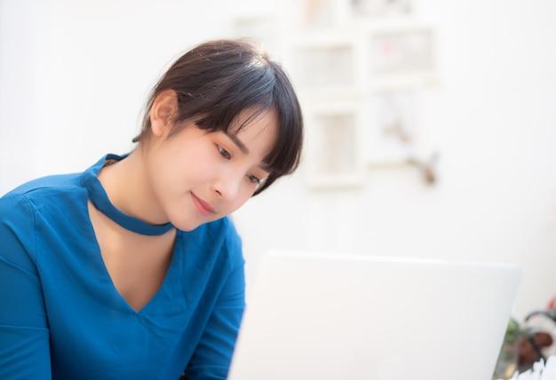 Piękna portreta asia młoda kobieta pracuje online na laptopie