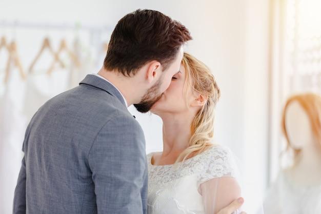 Piękna portreta modela ślubu para w studio sklepie