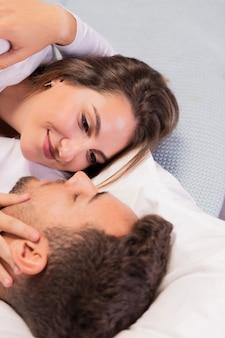 Piękna potomstwo para w łóżku