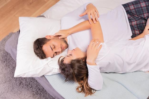 Piękna potomstwo para w sypialni