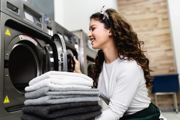 Piękna pracownica pracująca w sklepie pralniczym.