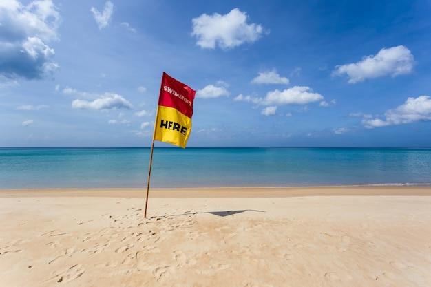 Piękna przyroda morza andamańskiego i biała piaszczysta plaża rano na patong beach, phuket island, tajlandia.