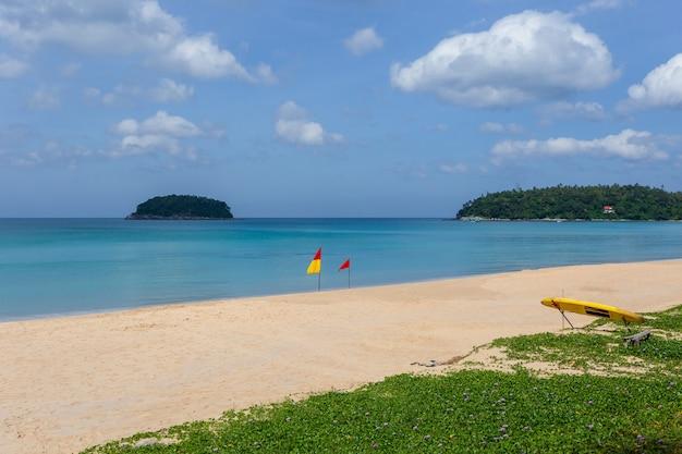 Piękna przyroda morza andamańskiego i biała piaszczysta plaża rano na patong beach, phuket island, tajlandia
