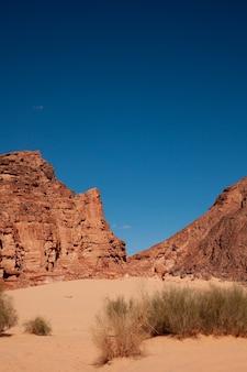 Piękna przyroda na pustyni w egipcie. niebieskie niebo. zdjęcie w tle.