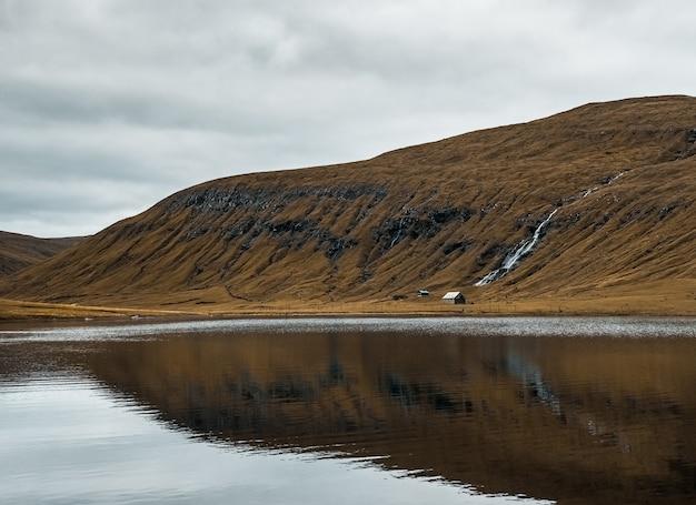Piękna przyroda, taka jak jezioro i góry