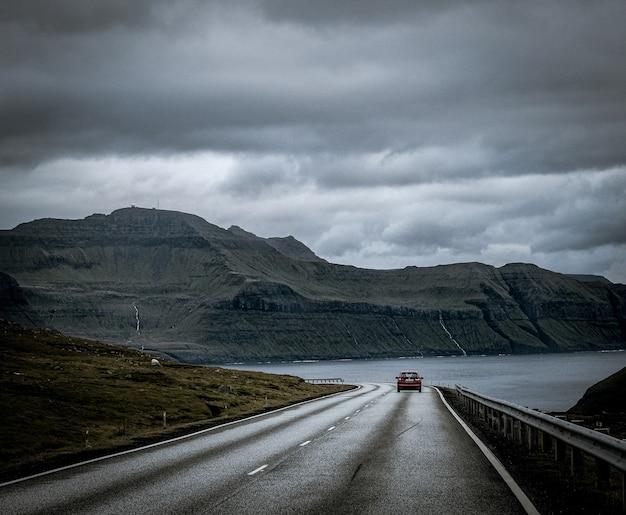 Piękna przyroda, taka jak klify, morze i góry wysp owczych