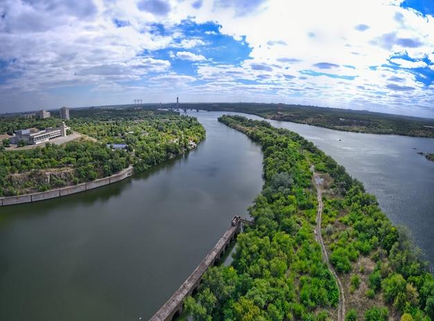 Piękna przyroda w pobliżu rzeki?
