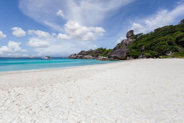 Piękna przyroda wysp na morzu andamańskim w similan islands, park narodowy mu ko similan, phang-nga, tajlandia