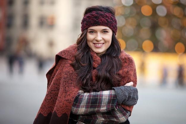 Piękna radosna kobieta w mieście
