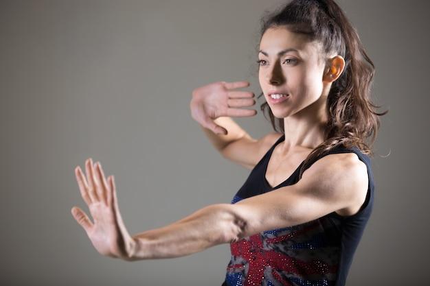 Piękna rasy kaukaska żeńskiej lekkoatleta pracująca