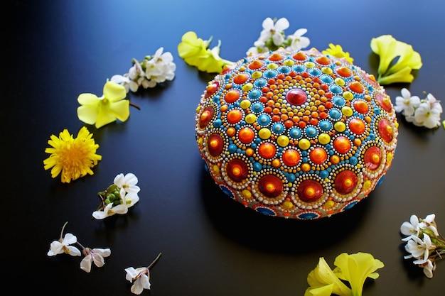 Piękna ręcznie malowana mandala na czarnym tle