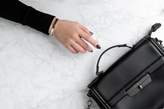 Piękna ręka womans z eleganckim manicure. minimalistyczny czarny design paznokci.